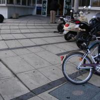 Cette entrée est-elle accessible aux personnes en fauteuil roulant ?